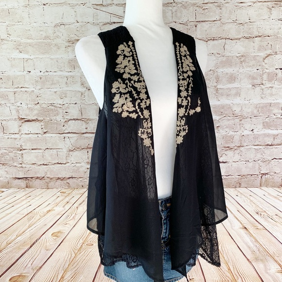BKE Tops - BKE Boutique embroidered lace sleeveless vest